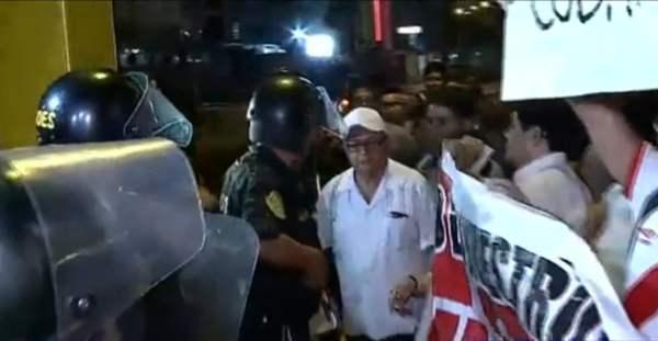Venezolanos protestan contra Nicolás Maduro ante embajada en Lima
