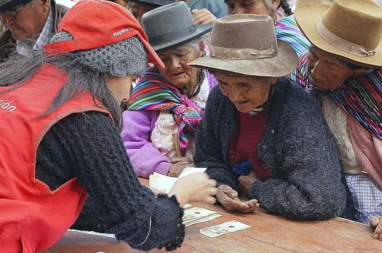 Entrega de pensiones a usuarios en Ayacucho