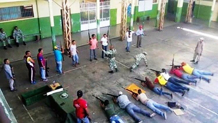 Así entrena el chavismo a civiles armados en las escuelas venezolanas