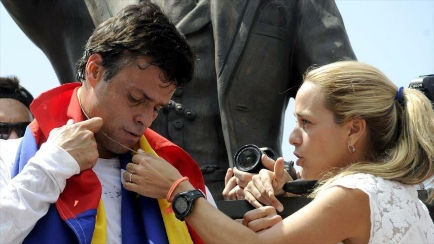 Leopoldo López y su familia protegidos de chavistas en embajada de España