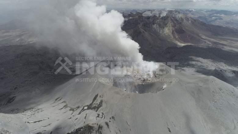 Volcán Sabancaya expulsa lava
