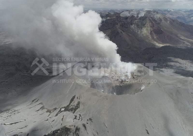 Volcán Sabancaya expulsa lava y esta es la foto