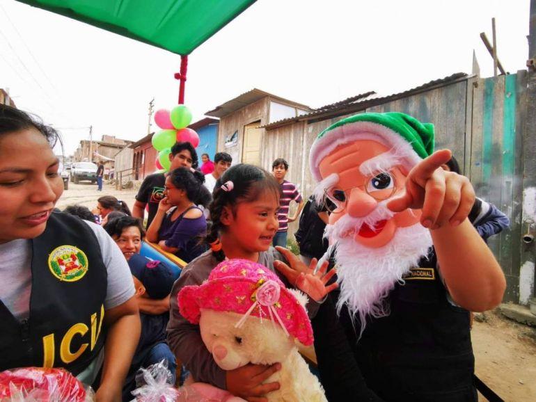 La Policía llevó festival de Navidad a niños con cuadriplejia en Villa El Salvador