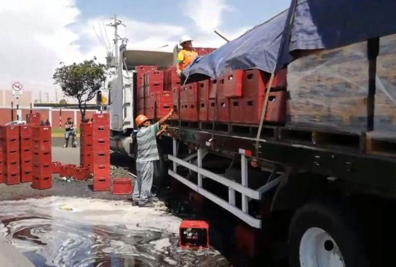 Caen cajas con cerveza de camión en Tacna y se forma laguna en la pista