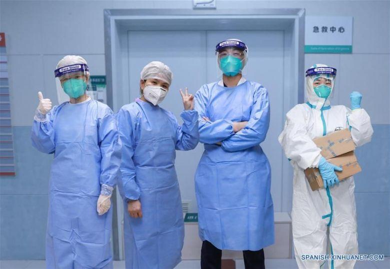 Trabajadores de salud, Bai Hui (i), Li Chunfang (2-i), Zhao Zhigang (3-d) y Guo Qin (d), quienes se han recuperado de las recientes infecciones por el nuevo coronavirus (Agencia Xinhua)