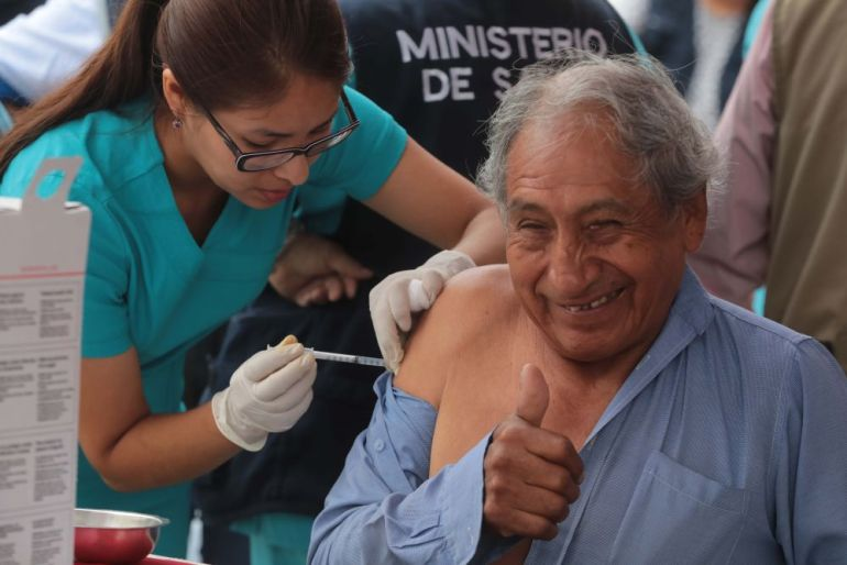 Anciano vacunada por coronavirus