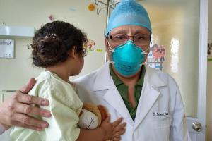 Médicos del Instituto de Salud del Niño reconstruyen oreja a niña atacada por un perro