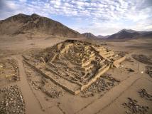 Caral: Edificio piramidal la galería