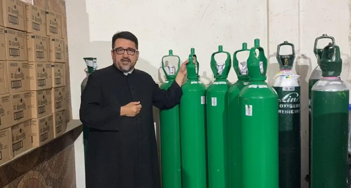 Padre Omar Sánchez recibe balones de oxígeno de Confiep para pobladores con Covid-19