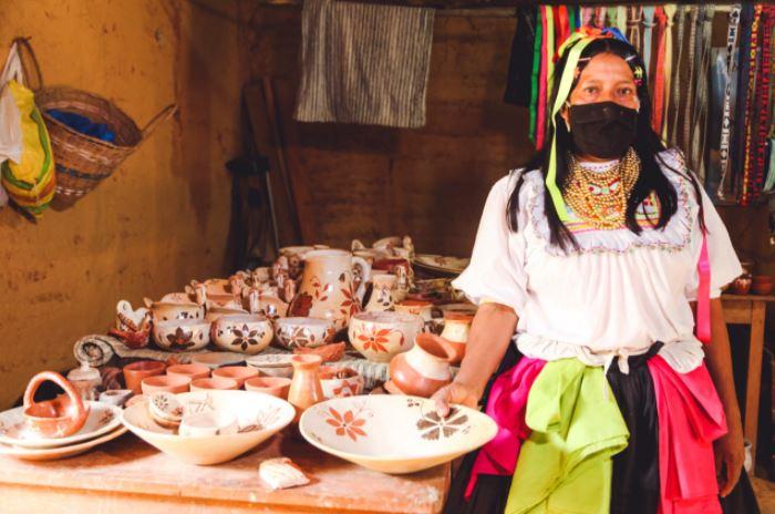 Mujer que mantiene viva la ancestral alfarería de Lamas recibe apoyo del Midis