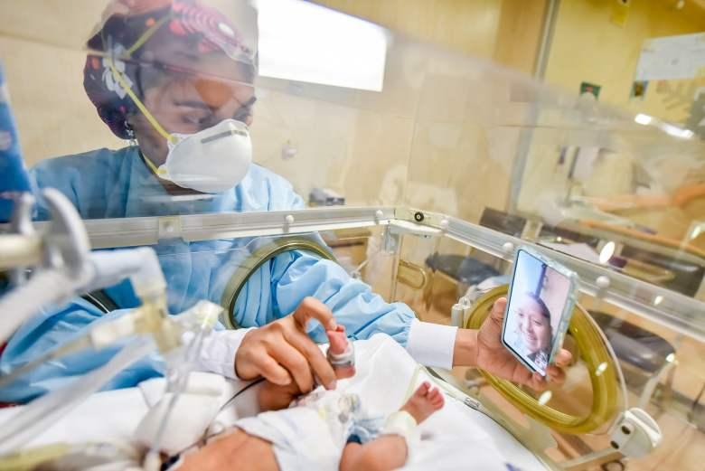 Madres conectadas online con sus hijos