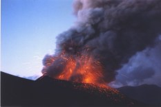 Cráter Navidad en erupción