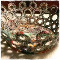 Cesta hecha a mano con materiales reciclados, artesanía