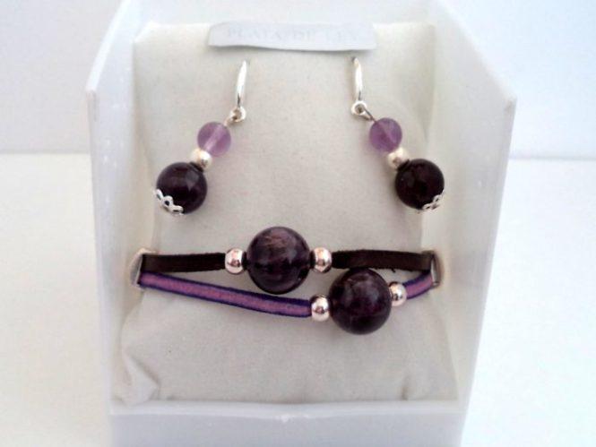 Conjunto pulsera y pendientes realizados con cuero plano marrón y violeta, Zamak baño de Plata y Amatistas de 12 - 8 y 6 mm. Los pendientes son en Plata de Ley.