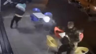 صورة فيديو لرصاص بين أب ولصين والابن منشغل بتناول الآيس كريم