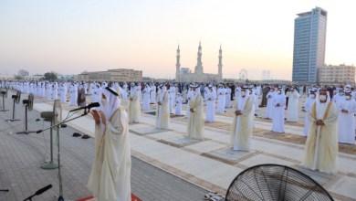 صورة وكالة أنباء الإمارات – حاكم رأس الخيمة يؤدي صلاة عيد الفطر بمصلى العيد في خزام