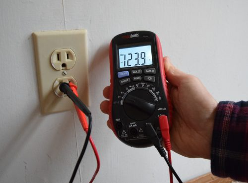measuring outlet voltage with multimeter ennoLogic eM530S