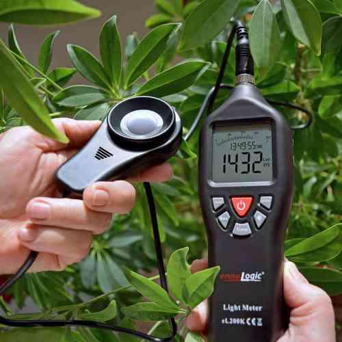 measuring light that plants get with light meter ennoLogic eL200K