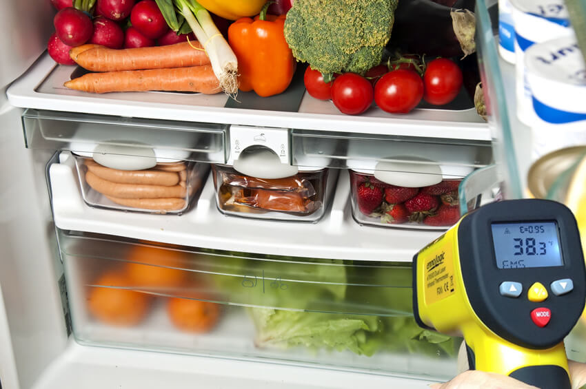 Measuring refrigerator temperature with infrared thermometer ennoLogic eT650D
