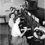 【驚愕】約50年前に撮影された『電話交換手』による正月業務の光景が華やかすぎると話題に😳
