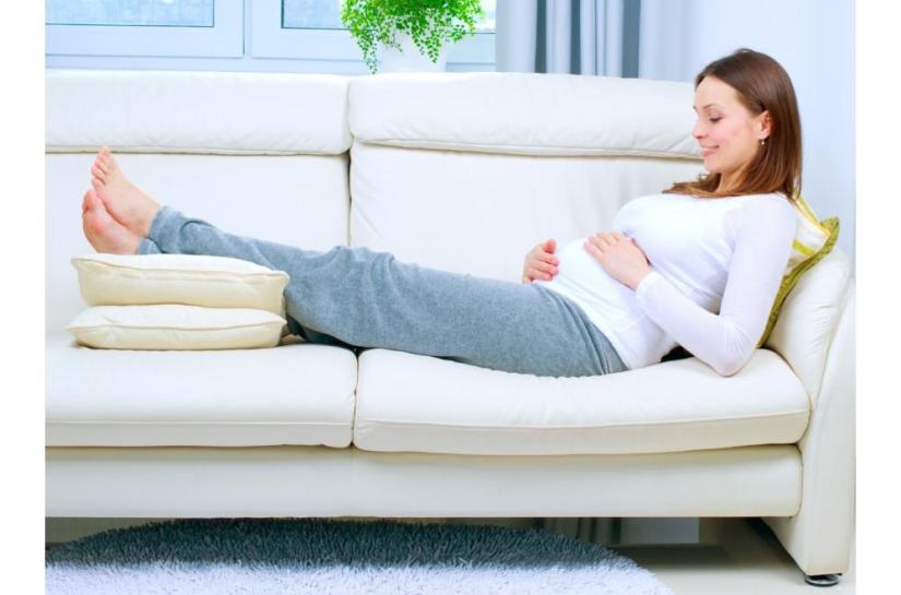 mengangkat kaki bisa mengatasi kaki bengkak saat hamil
