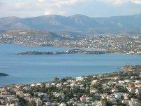Η Σαρωνίδα και στο βάθος το Λαγονήσι με το ξενοδοχείο Grand Resort, αλλά και η Βάρκιζα