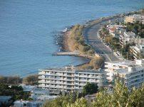 """Η παραλιακή λεωφόρος Αθηνών-Σουνίου στο ύψος τής Σαρωνίδας και τμήμα τής κεντρικής παραλίας (""""προβλήτα"""")"""