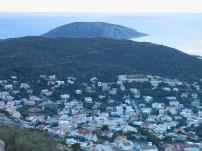 Ο δασώδης λόφος τής Σαρωνίδας, με τα σπίτια στις πλαγιές του και στο βάθος διακρίνεται η νήσος Αρσίδα