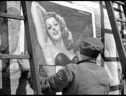 Ladri di biciclette - Padre pone cartel Rita Hayworth