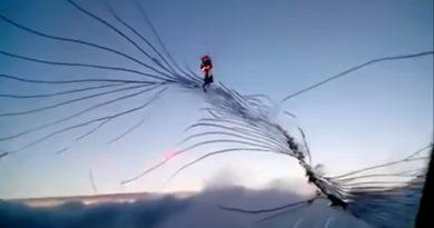 Пилот снял видео, как растет трещина на лобовом стекле самолета - происшествия с пассажирскими самолетами, инцидент в небе. Инцидент в небе, пилот снял на видео, как образуется трещина на лобовом стекле самолета. Жутко наблюдать, как трещина растет, когда самолет находится на огромной высоте.