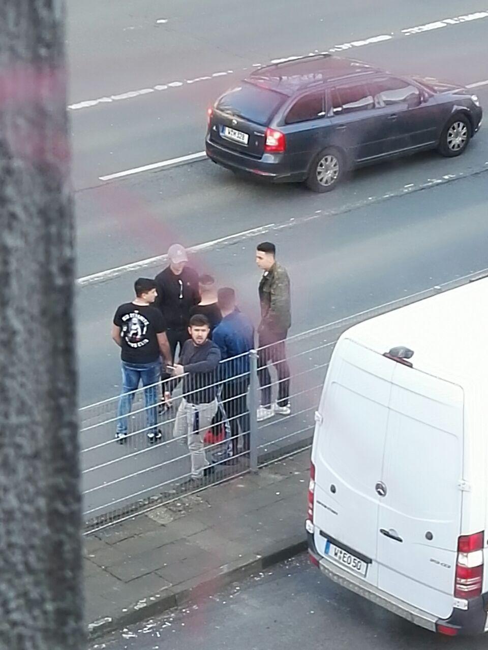 Türkische Nationalisten und Fascos hinter dem AZ Wuppertal heute.
