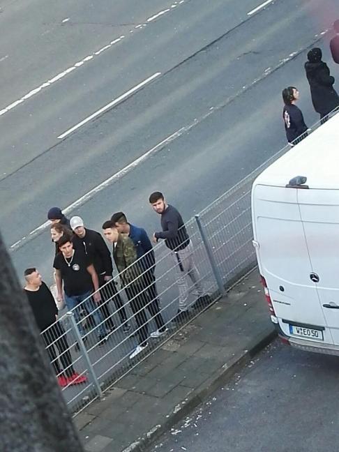 Der Typ ganz links hat schon öfters Menschen auf Kurdische Demos in Wuppertal bedroht..