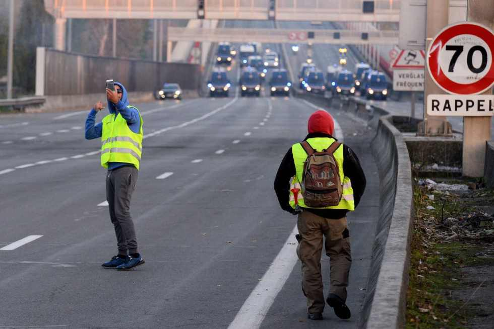 police-forces-blocking-the-freeway