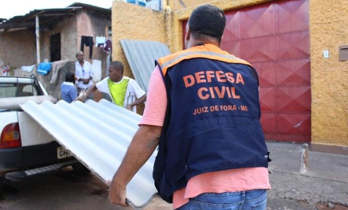 Equipes da Defesa Civil doaram telhas a moradores afetados por chuva de granizo em Juiz de Fora (Foto: Defesa Civil/Divulgação)