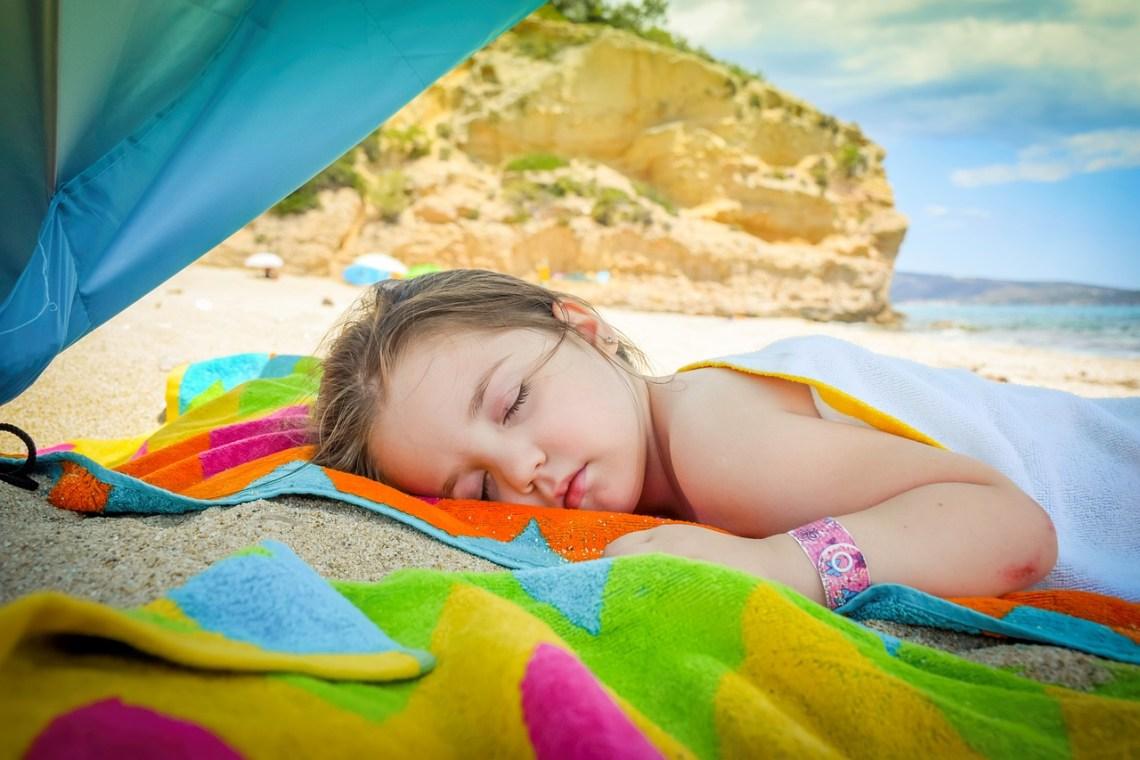 enfant sommeil plage vacances décalage horaire
