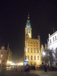 En la plaza principal de Gdansk está el monumento a Neptuno, y detrás, la alcaldía o Ratusz.