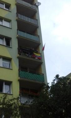 Banderas hermanas en un balcón en la periferia de Breslavia