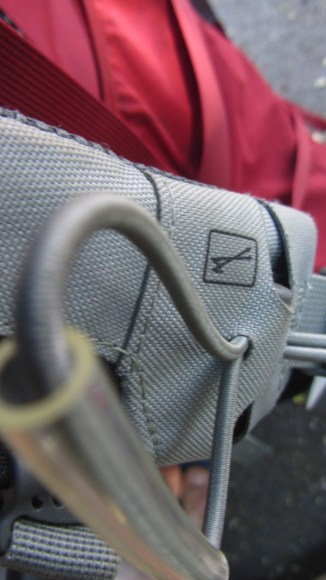 Suporte para bastão de caminhada ser guardado durante o movimento sem ter que parar.