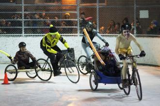 También hubo carreras de carros y gente sin camiseta. (Foto de Vic Gedris).