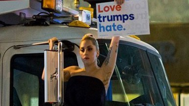 lady-gaga-protestando-contra-donald-trump