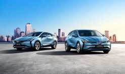 Buick VELITE 6 electric vehicle (right) and Buick VELITE 6 plug-in hybrid electric vehicle (left)