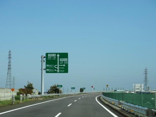 高速道路の看板と車線