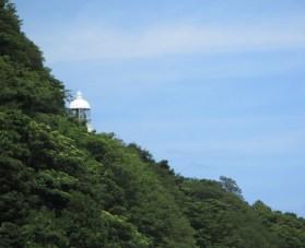 駐車場から僅かに見える経ケ岬灯台