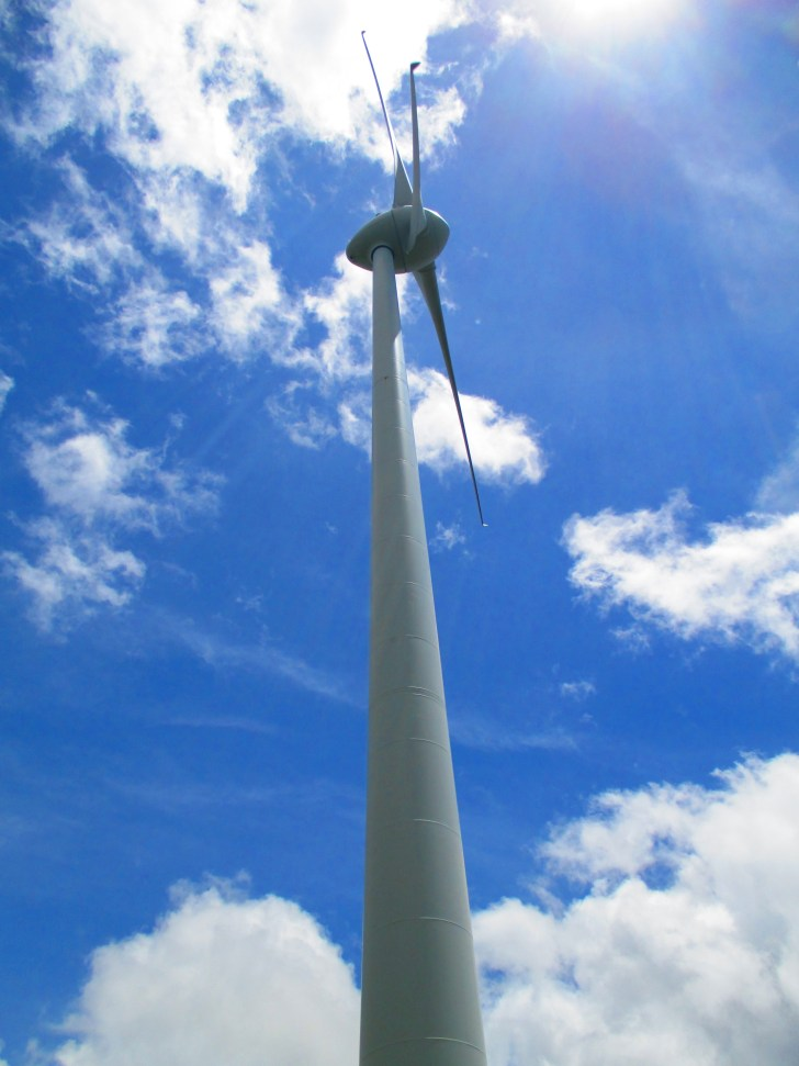 青空へ突き抜ける風車