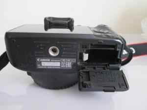 Canon X7 バッテリーの入れ方