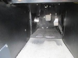 スーパーセブンの足元の狭さは尋常でない。