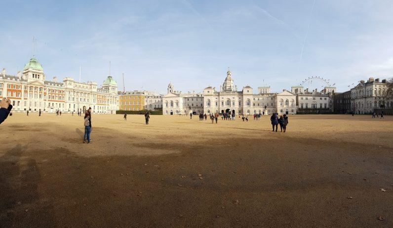 Horse Guards Parade - scuderie reali che si incontrano passeggiando verso Trafalgar Square