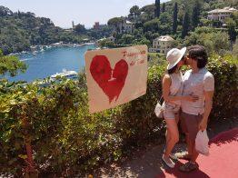 La passeggiata dei baci con alle spalle il porto di Portofino