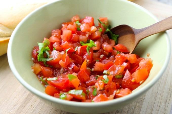tomate y albahaca para hacer bruschette con tomate y albahaca