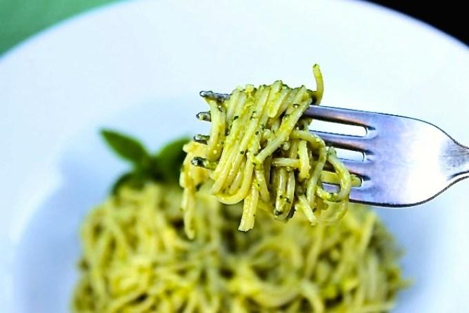 tenedor con pasta con pesto, pasta con pesto de albahaca y piñones, vermicelli con pesto alla genovese